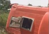河南虞城一大客车与电动三轮车相撞,失控翻入路旁深沟致5伤